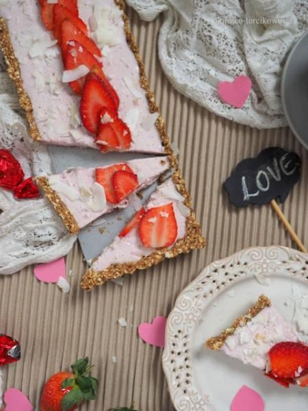 Walentynkowa tarta różana z truskawkami