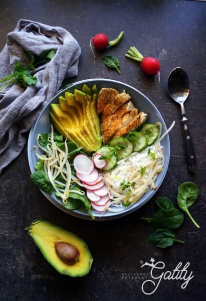 Buddha bowl: ryż, kurczak, awokado