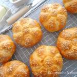 Kajzerki ziemniaczane z sezamem (Panini alle patate con semi di sesamo)