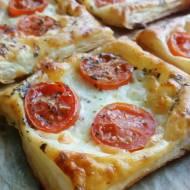 Przekąska z ciasta francuskiego z pomidorami i mozzarellą