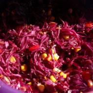 Surówka z czerwonej kapusty z kukurydzą i papryką
