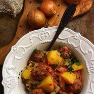 Kapusta z pulpetami w pomidorach
