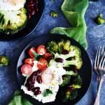 Pieczony brokuł z jajkiem sadzonym, pomidorkami i czerwoną fasolą