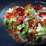 Mix sałat z zielonym ogórkiem i suszonymi pomidorami
