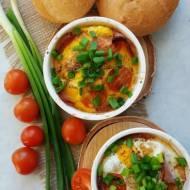 Jajka w kokilkach z szynką i pomidorami
