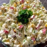 Sałatka z makaronu ryżowego i surimi