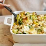 Zapiekanka makaronowa z kurczakiem, brokułem i serem feta