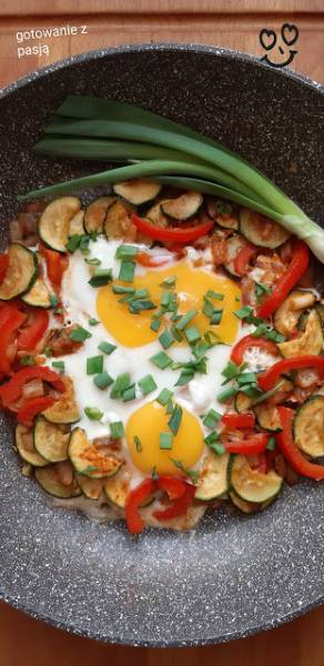 Jajka sadzone na cukinii i papryce