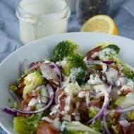 Brokułowa sałatka z boczkiem, daktylami i pestami słonecznika