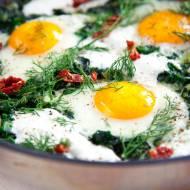 Zielona szakszuka. Pyszne danie z jajek nie tylko na śniadanie [PRZEPIS]