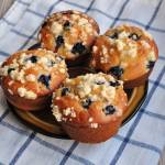 Drożdżowe muffinki z owocami i kruszonką