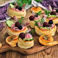 Francuskie przekąski z pastą i oliwkami