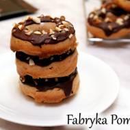 Pieczone donaty z polewą czekoladową i orzechami