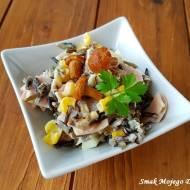 Sałatka z dzikim ryżem, jajkami i marynowanymi kurkami