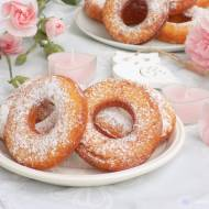 Oponki twarogowe oprószane cukrem pudrem.