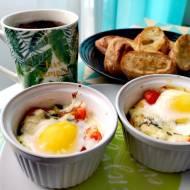 Śniadanie mistrzów: jajka zapiekane z serem pleśniowym