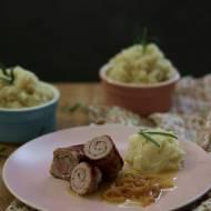 Roladki z polędwiczek wieprzowych z boczkiem, w sosie maślanym z białym winem, z dodatkiem pietruszkowego puree z nutą rozmarynu