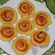 Ślimaczki z ciasta francuskiego z serem i szynką