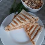 Tosty z tortilli z sałatką z tuńczyka