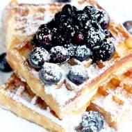BEZGLUTENOWE GOFRY Z FRUŻELINĄ JAGODOWĄ I OWOCAMI – pomysł na słodkie śniadanie!