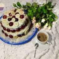 Tort migdałowy z owocami
