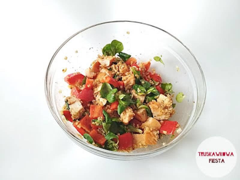 Sałatka z filetem wędzonym z kurczaka, kaszą bulgur, papryką czerwoną, roszponką i oliwą