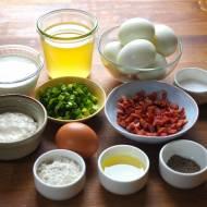Kotlety jajeczne z boczkiem i sosem chrzanowym
