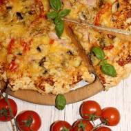 Prosta pizza z szynką, papryką i pieczarkami