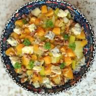 Sałatka z brązowego ryżu i pora, z pomarańczami serem i orzechami.