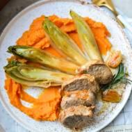 Polędwiczki wieprzowe na puree z batatów i karmelizowaną cykorią.
