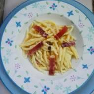 Makaron z masłem truflowym, wędzonką i czerwoną cebulą