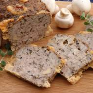Pieczeń z pieczarkami i żółtym serem