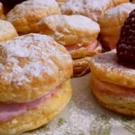Ciasteczka z ciasta francuskiego z serkiem mascarpone i malinami
