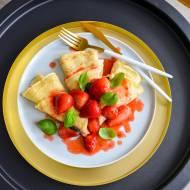 Cieniutkie naleśniki z karmelizowanymi truskawkami i bazylią! Obłędnie dobre!