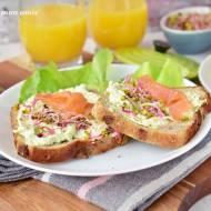 Śniadanie mistrzów z pastą z avocado i bazylii oraz łososiem