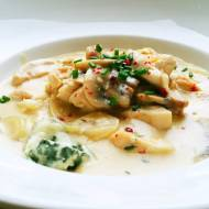 Kurczak z cebulą i pieczarkami w kremowym sosie śmietanowym na bazie białego wina oraz francuskiego sera Roquefort