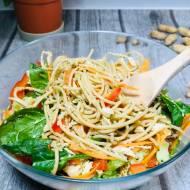 Czwartek: Noodle w stylu tajskim z sosem z masła orzechowego