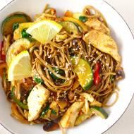 Makaron stir-fry z kurczakiem i warzywami w sosie sojowym