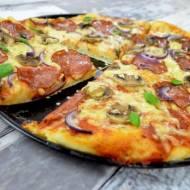 Pyszna i prosta pizza z salami i pieczarkami + film