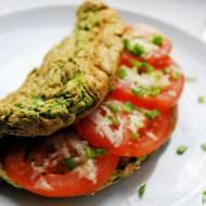 Omlet owsiany ze szpinakiem i pomidorem