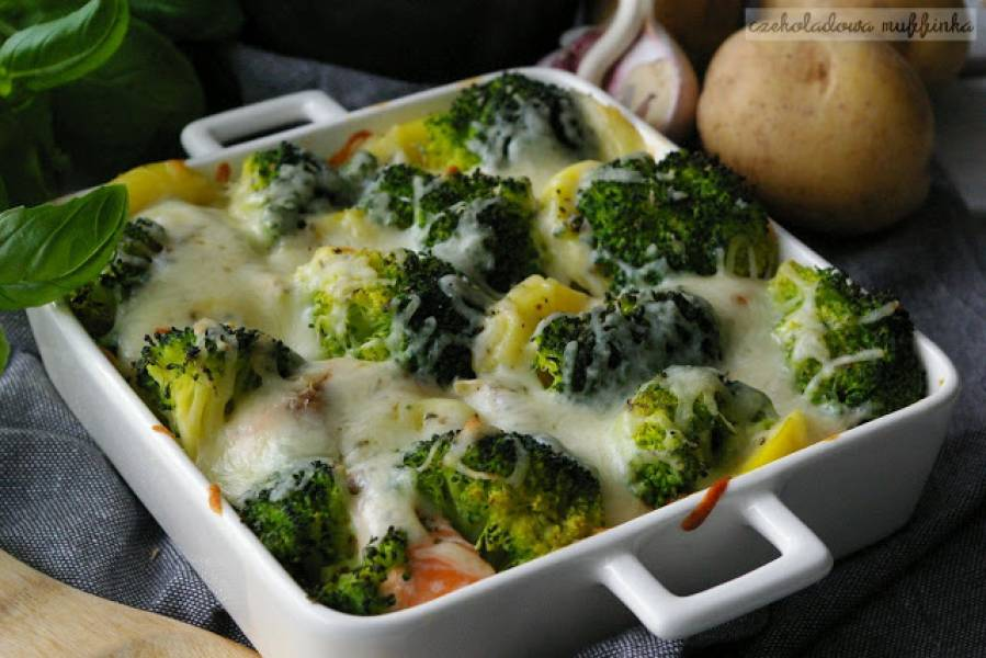 Zapiekanka ziemniaczana z łososiem i brokułami