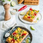 Orkiszowe gofry z warzywami, mango, serem żółtym i sosem jogurtowym