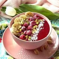 Czerwona smoothie bowl