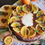 Sernik na ciasteczkowym spodzie z czekoladą i pomarańczami.