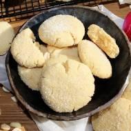 Kruche ciasteczka z masłem orzechowym obtaczane w cukrze