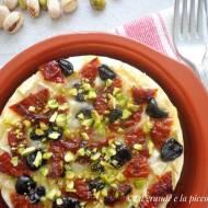 Pieczony camembert z suszonymi pomidorami i oliwkami (Camembert al forno con pomodori secchi e olive)