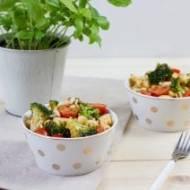 Sałatka makaronowa z brokułem, pomidorkami i pesto