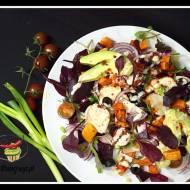 Sałatka z batatów, oliwek, pomidorów i buraków z piersią z kurczaka