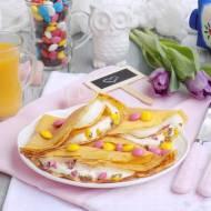 Naleśniki na soku pomarańczowym z serkiem i kolorowymi cukierkami.