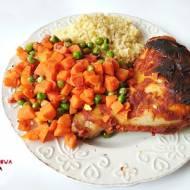 Pieczony kurczak w marynacie musztardowo-pomidorowej z marchewką, groszkiemi kaszą jaglaną